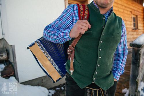 baumschlagerberg-team-urlaub-huette-alm-kuehe-bauernhof-bauern-berger