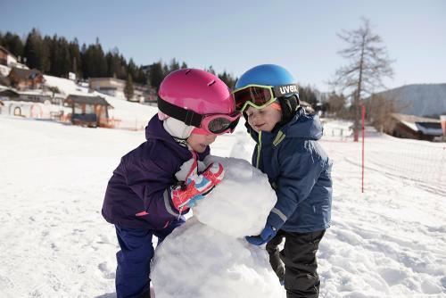 g-aktivurlaub-kinder-schnee-spielen-schneemann