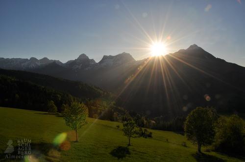 g-almresort-baumschlagerberg-himmel-wolken-berge-taeler-sonnenstrahlen-traumwetter