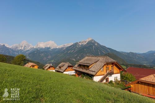 g-huetten-himmel-blau-wolkenlos-urlaub-holiday-family-farm