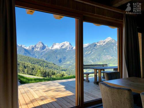 g-panorama-chalet-ausblick-traumhaft-blauer-himmel-wolkenlos-berggipfel