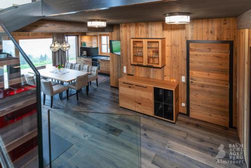 g-panorama-chalet-einrichtung-wohnzimmer-ausblick-ferien-urlaub-ruhe-einsamkeit-berge