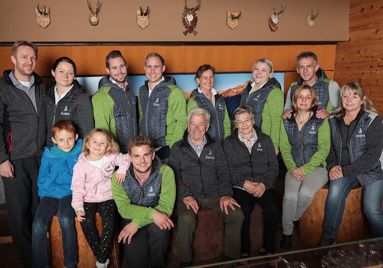 team baumschlagerberg, teamfoto, familienbetrieb, winterferien, ferienurlaub, urlaub am berg, urlaub auf der alm